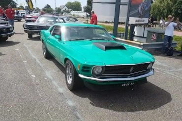 Video: 1970 Ford Mustang Boss 429 Showing Off At A Car Show